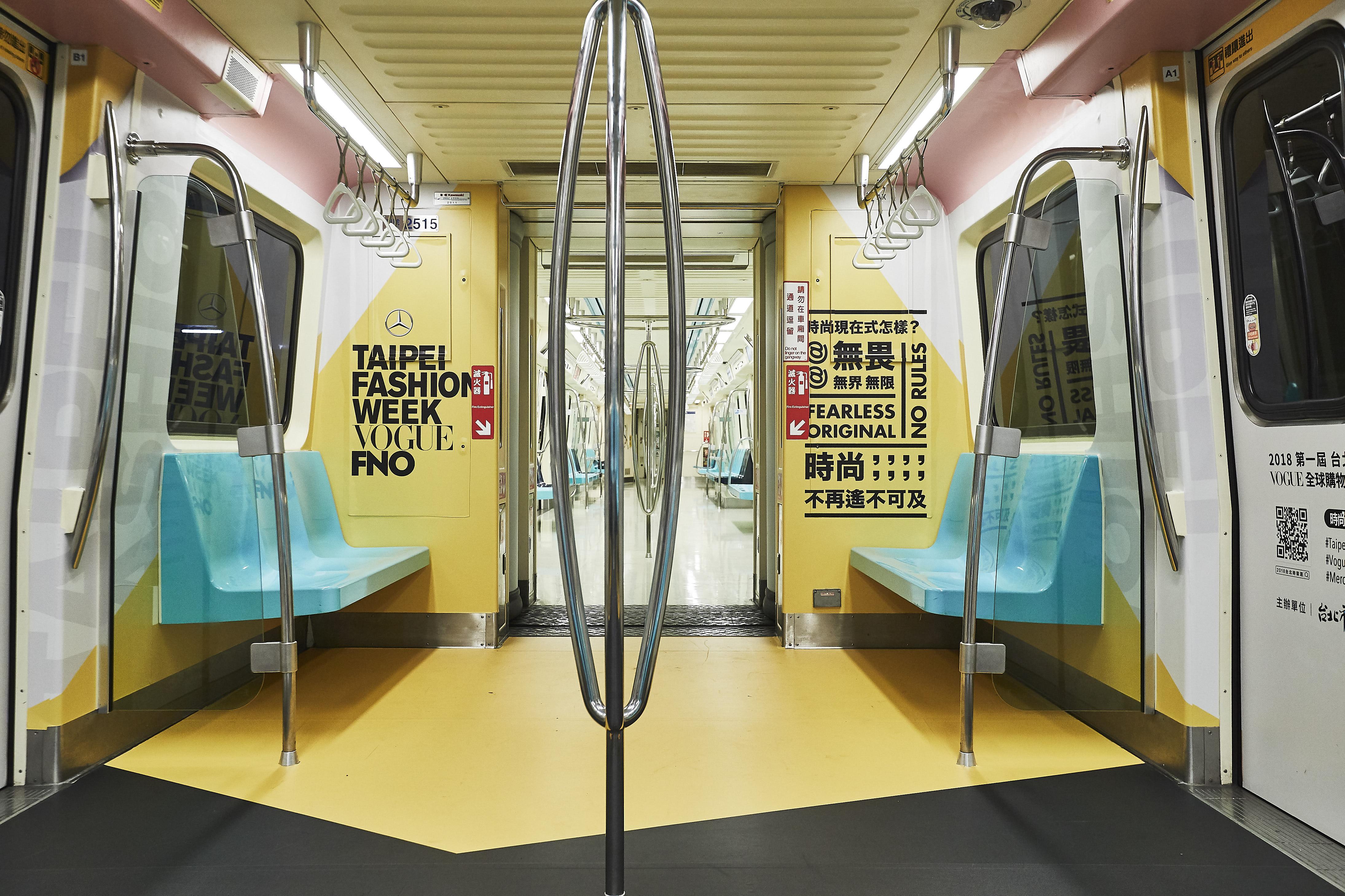 01 靈感發想(Inspiration)-聚光燈錯落在出入口、座位上方、連通道,可在聚光燈底下展現各種時尚姿勢。